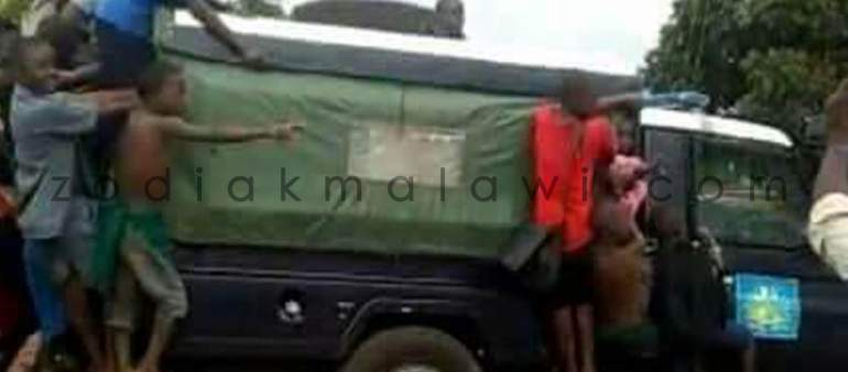 Violence: Children swarm police vehicle