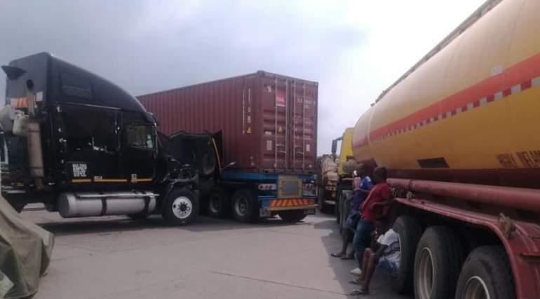 No through road, trucks block the border entries