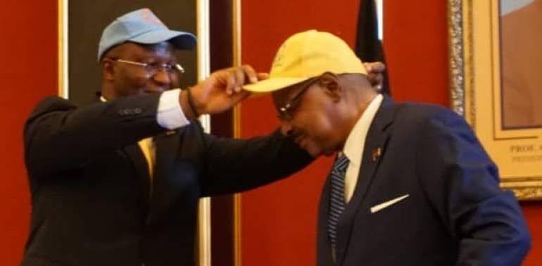 Mutharika (right) and Muluzi exchanging caps during the announcement of the alliance