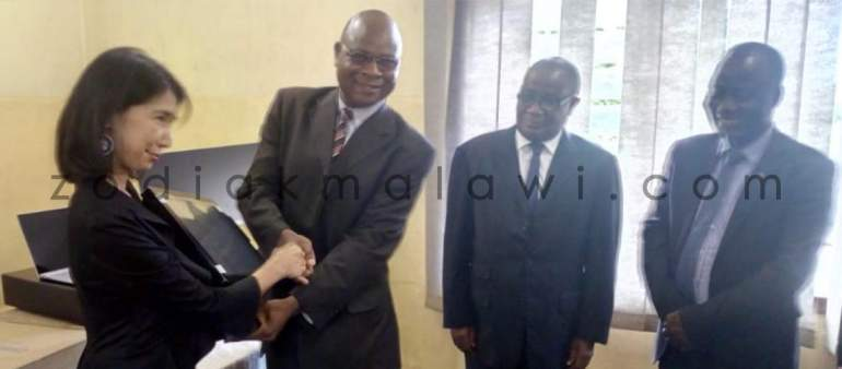 Acting UNHCR Country Representative and Malawi officials in symbolic handover