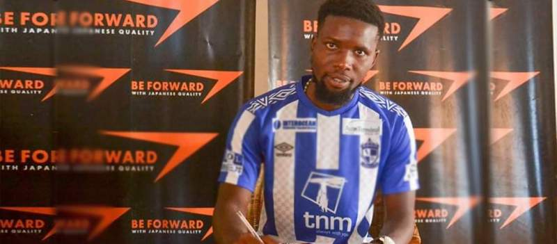 Vitumbiko Kumwenda signing a 3yr contract with Be-Forward Wanderers on Tuesday