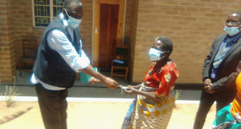 Kapitawo receiving the key from PIH official