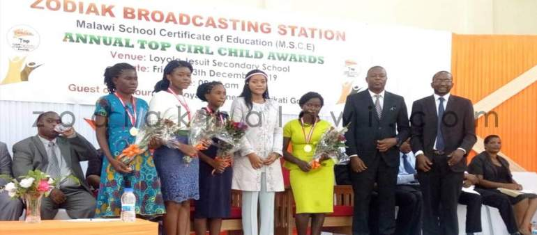 Zodiak Rewards Outstanding Female Students