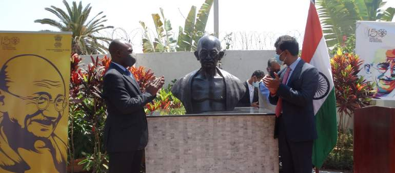 Minister of Foreign Affairs Eisenhower Mkaka (left) and Indian High Commisioner to Malawi Anurag Bhushan (right) unveiling the  controversial Gandhi statue